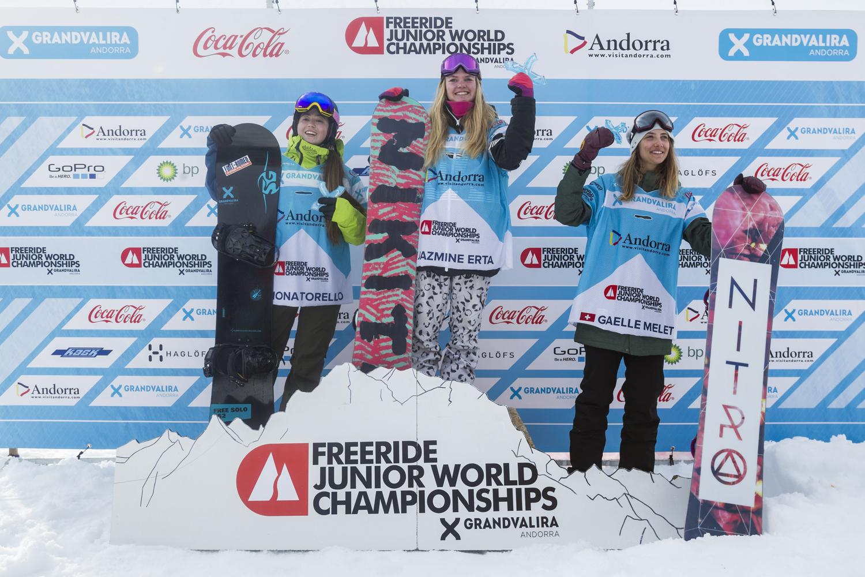 Die Top 3 Ladies mit der neuen Juniorenweltmeisterin Jazmine Erta. Links von ihr die Spanierin Fiona Torelly und rechts die Schweizerin Gaelle Melet - Foto: J. Bernard / freerideworldtour.com