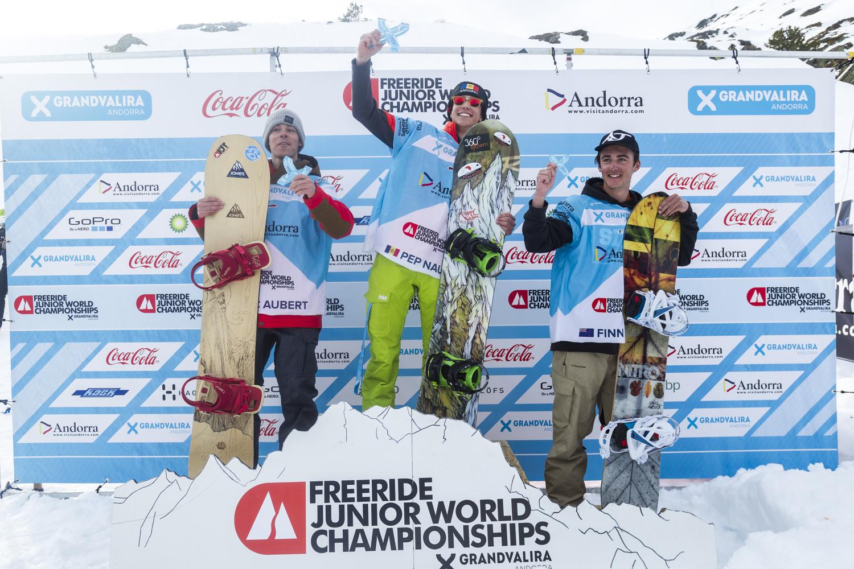 Das Podium der Männer mit Juiorenweltmeister Josep Maria Naudi Descarrega. Links von ihm Loic Aubert, rechts Finn Duffy - Foto J. Bernard / freerideworldtour.com