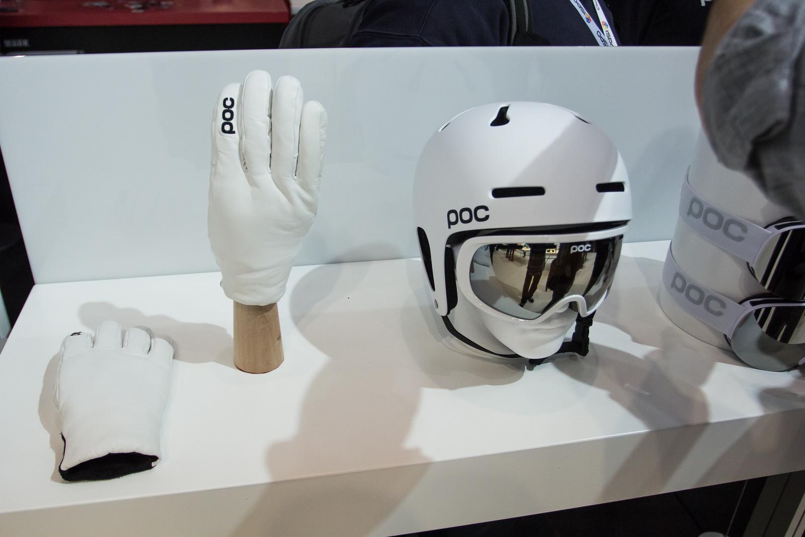 Der neue POC Auric Pro Helm mit verbessertem Schutz für Ohren und Schläfe. Goggle: Fovea mit Zeiss Optik. Der Handschuh ist für die Ladies und den Einsatz in Park & Pipe gedacht