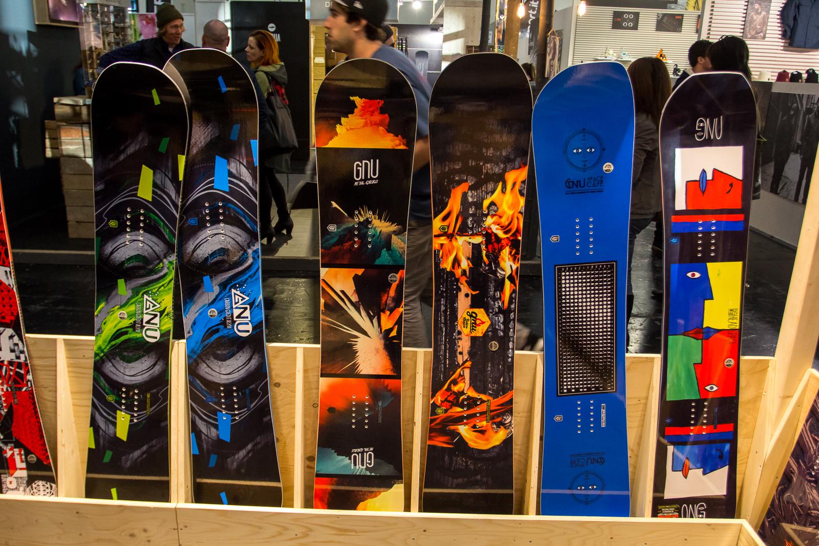 Die beiden ersten Boards links sind aus der Easy Jibby Reihe, daneben steht das Metal Gnuru, Riders Choice, Space Case sowie das HeadSpace (v.l.n.r.)