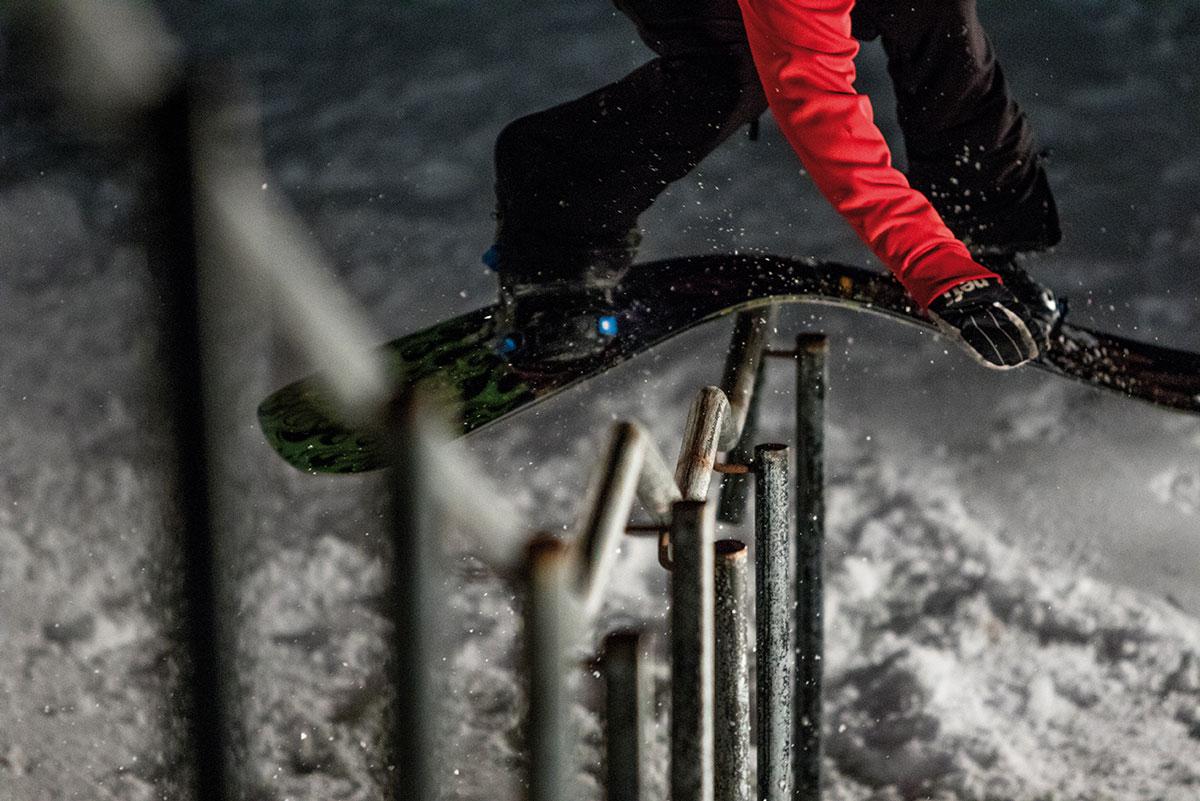 """Cyril: """"Eiki ist einer der unterbewertesten Street-Snowboarder dieser Tage. Er ist so technisch auf seinem Board unterwegs, dass viele überhaupt nicht mitbekommen, was für krasse Tricks er da eigentlich macht. Eiki ergeht es heute ähnlich wie früher dem jungen Peter Line, dessen Tricks selten zum Erfolg bei den Judges geführt haben, weil sie die neuen Tricks schlichtweg nicht verstanden bzw. bewerten konnten."""""""