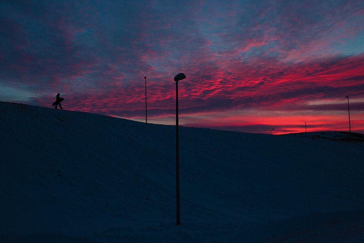 """Cyril: """"Das Tageslicht in Island ist zwar nur von kurzer Dauer, dafür zeigt es sich oft in wunderschönen und abwechslungsreichen Lichtstimmungen. Während der drei oder vier Stunden Helligkeit klettert die Sonne nur knapp über den Horizont, der Sonnenaufgang geht direkt in den Sonnenuntergang über. Dieses Foto von Eiki entstand vormittags um 11 Uhr."""""""