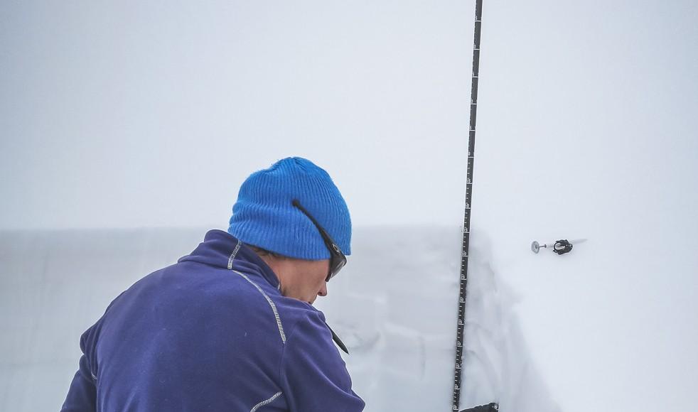 Oleg checkt das Schneeprofil - Foto: Klaus Listl