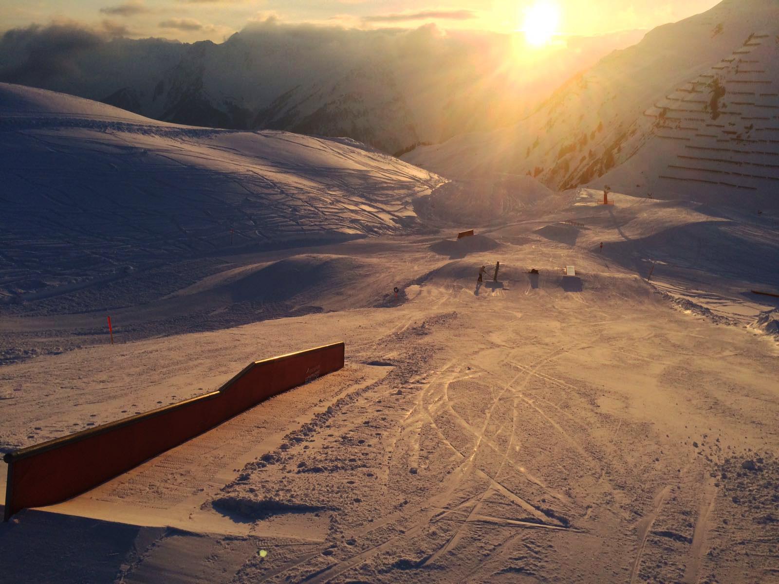 Die Crew beim Sunset Shape. So schön kann Arbeit manchmal sein! - Foto: Snowpark Montafon