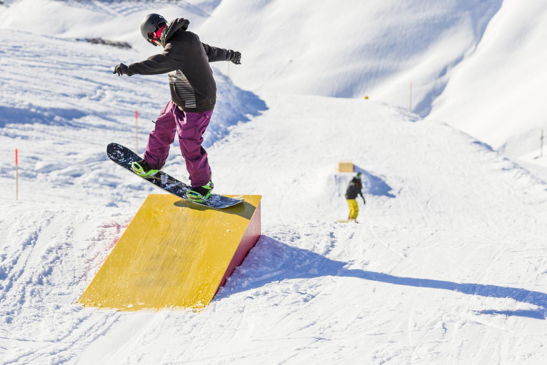 Das Setup im Snowpark Montafon bietet für alle Rider und Könnensstufen passende Obstacles - Foto: Cyril Müller