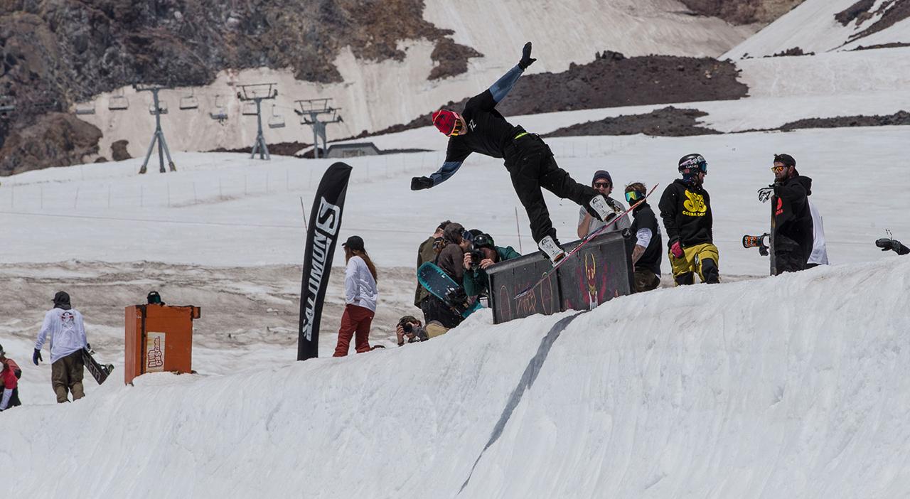 Sleepy Stevens versucht gerade, von seiner geliebten Cola wegzukommen. Macht ihn aber auch nicht müder... | © snowboardmag.com/Joel Fraser