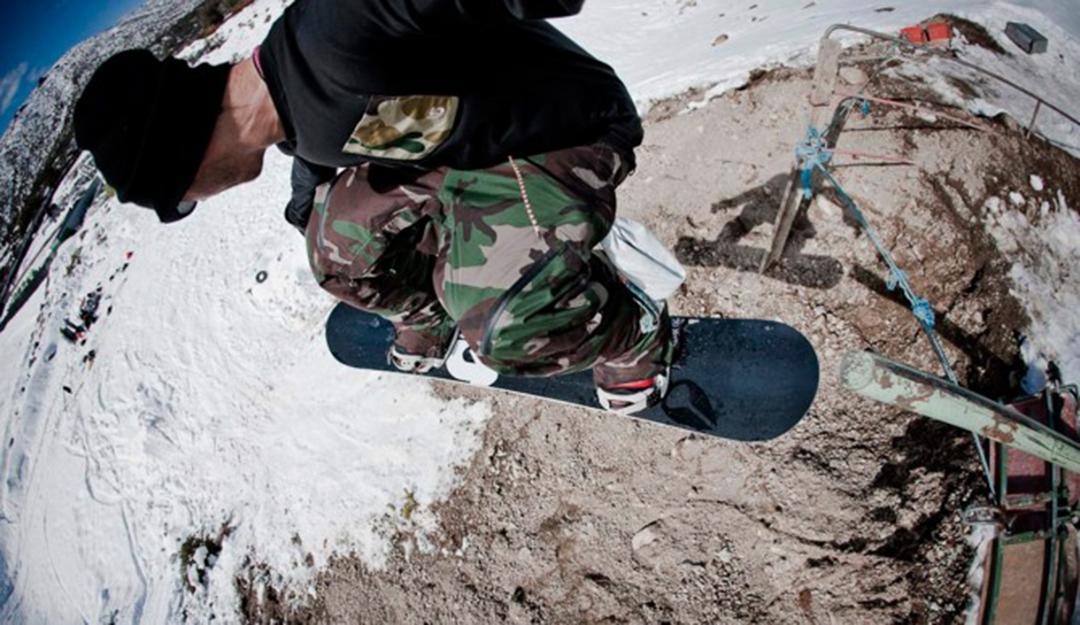 Jeremy schnappt sich während einer Session in Argentinien Blottos Kamera und macht ein Foto von sich selbst bei einem 50-50 to Dirt Gap | © Dean Blotto Gray