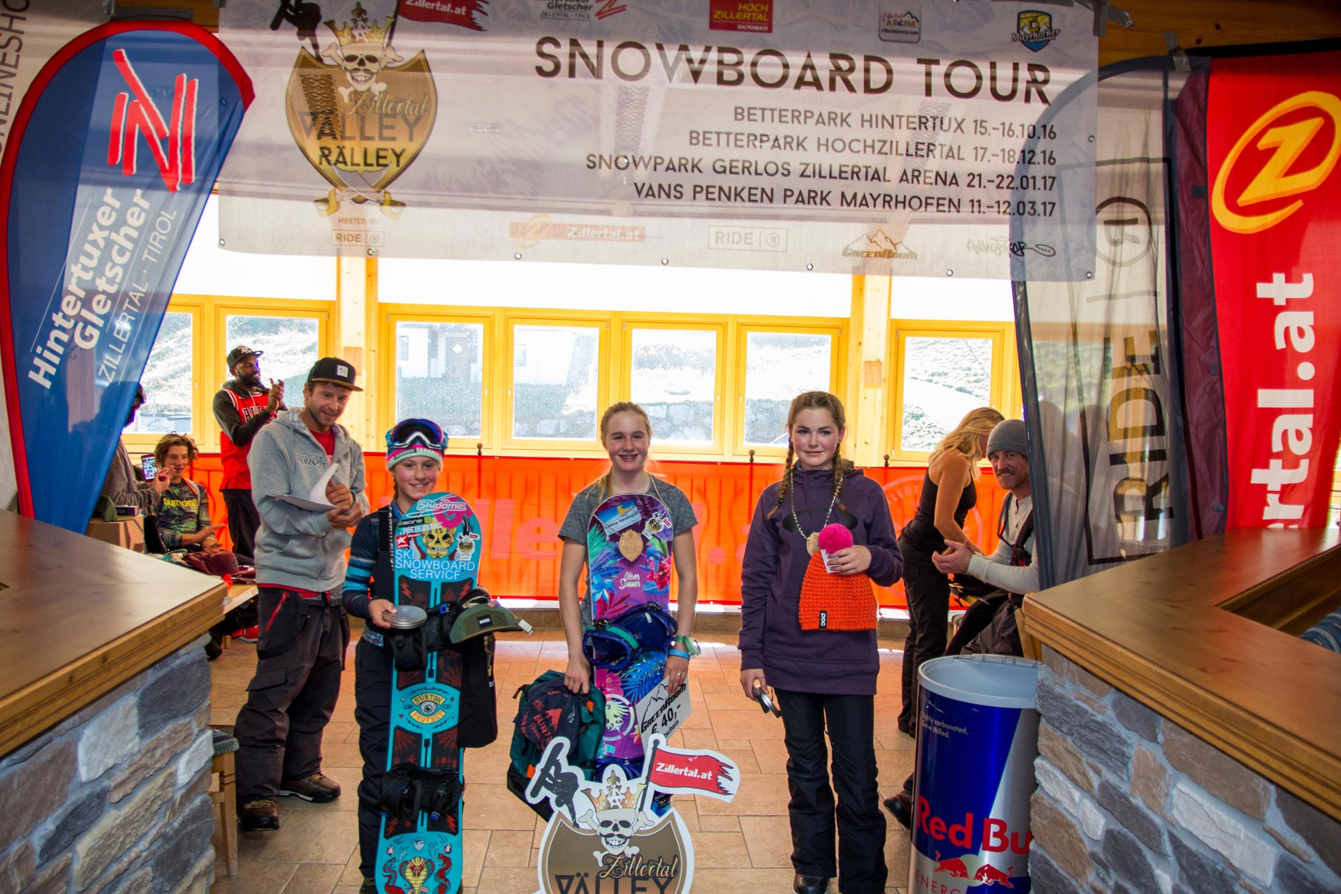 Top 3 Groms Girls: Evy Poppe, Melissa Peperkamp und Luca Mal lane Hopkins (v.l.n.r.) - Foto: Albert Binnekade