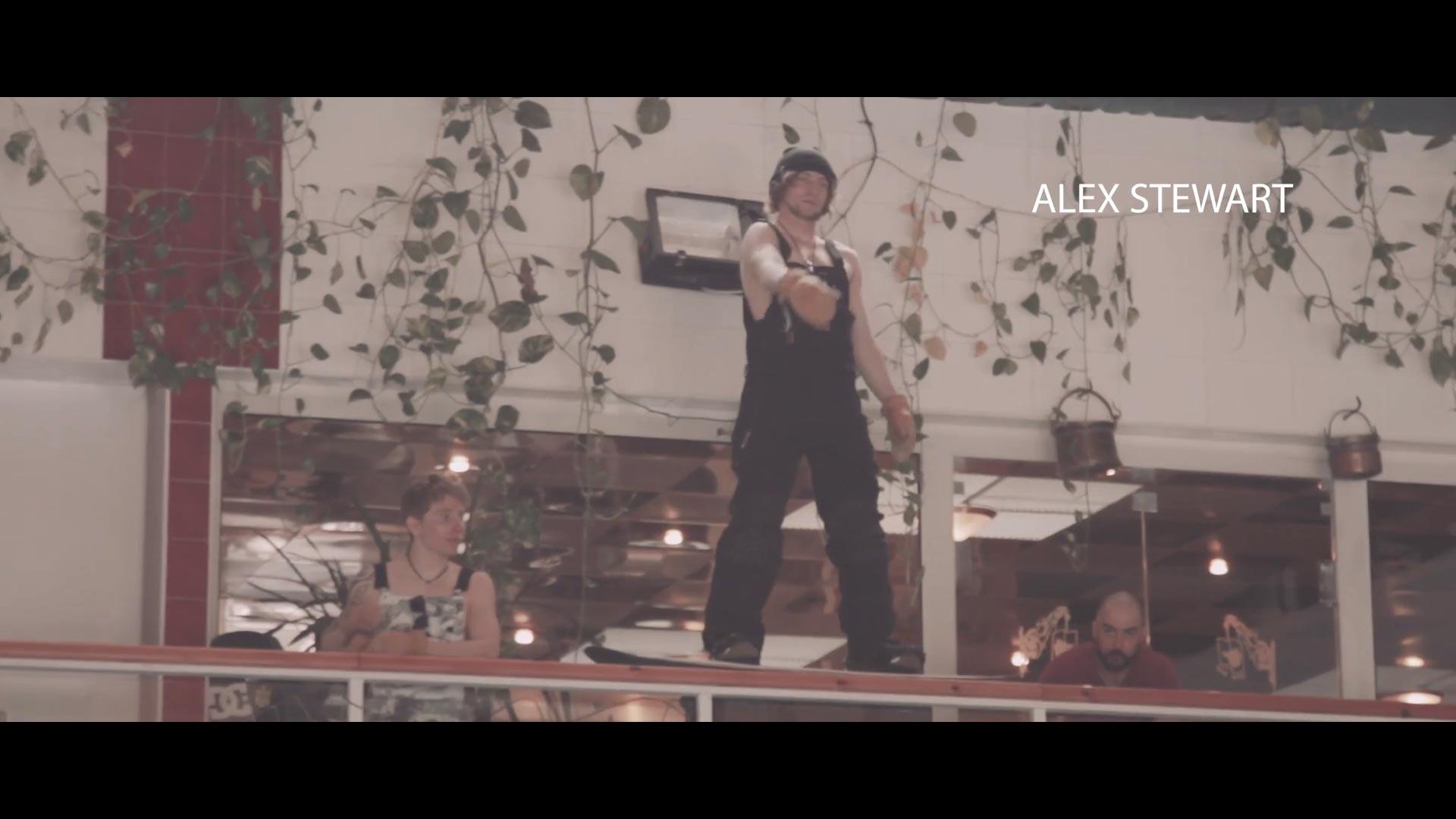 Rusty Toothbrush - The Box: Mit dem Board vom Balkon in den Pool!