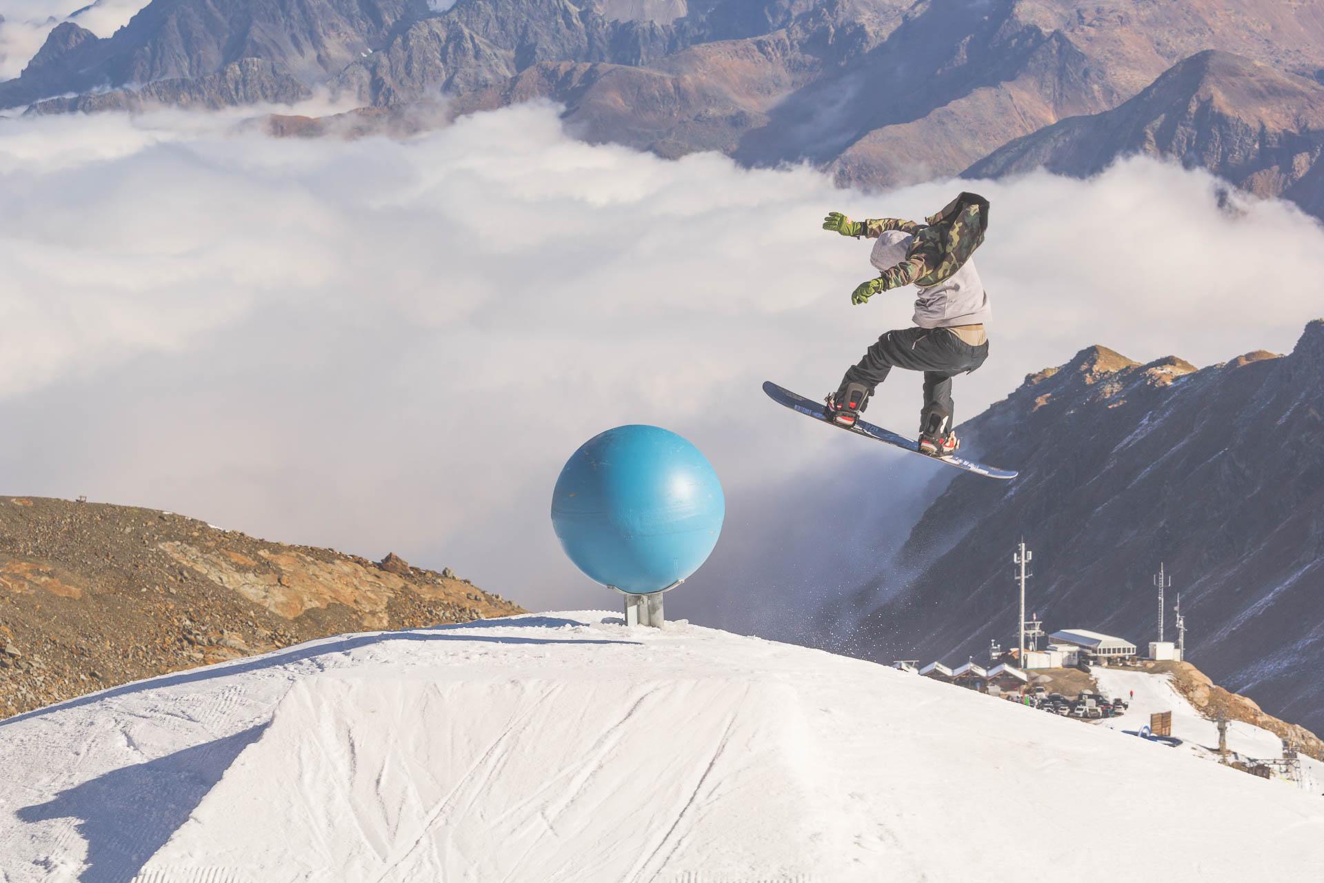 Der Snowpark Kaunertal bietet allerhand Jibs, die gerne in einer kompletten Line verbaut werden wollen.