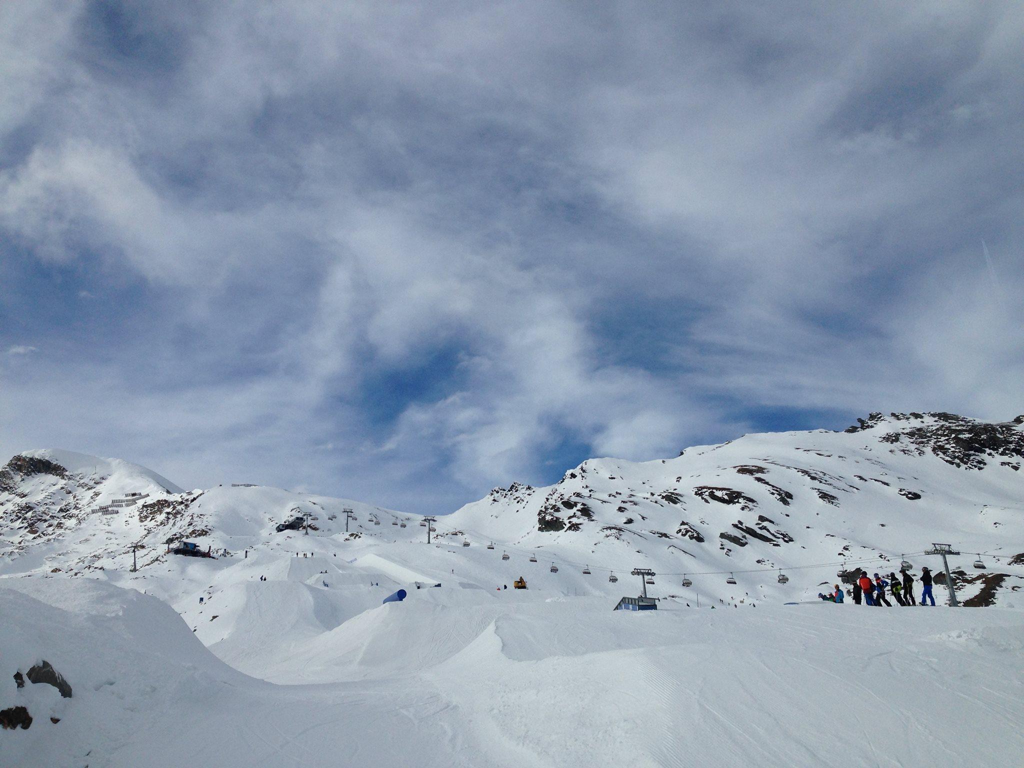 Blick nach oben im weiter unten gelegenen Easy / Medium Park am Kitzsteinhorn