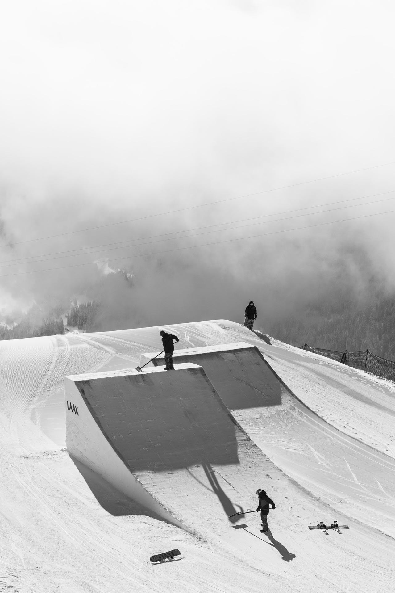 Die Shape-Crew arbeitet mit Hochdruck an einer Erweiterung des aktuellen Setups im Snowpark Laax. - Foto: M. Vikkisk