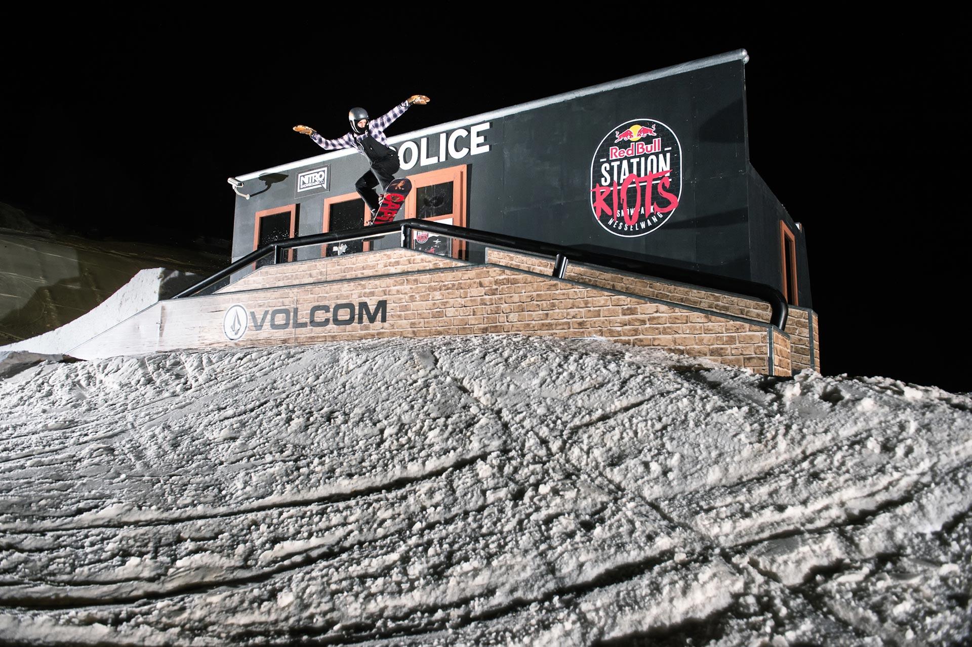 Wird sicherlich auch dieses Jahr wieder ein beliebtes Fotomotiv sein: Die Police Station im Snowpark Nesselwang.