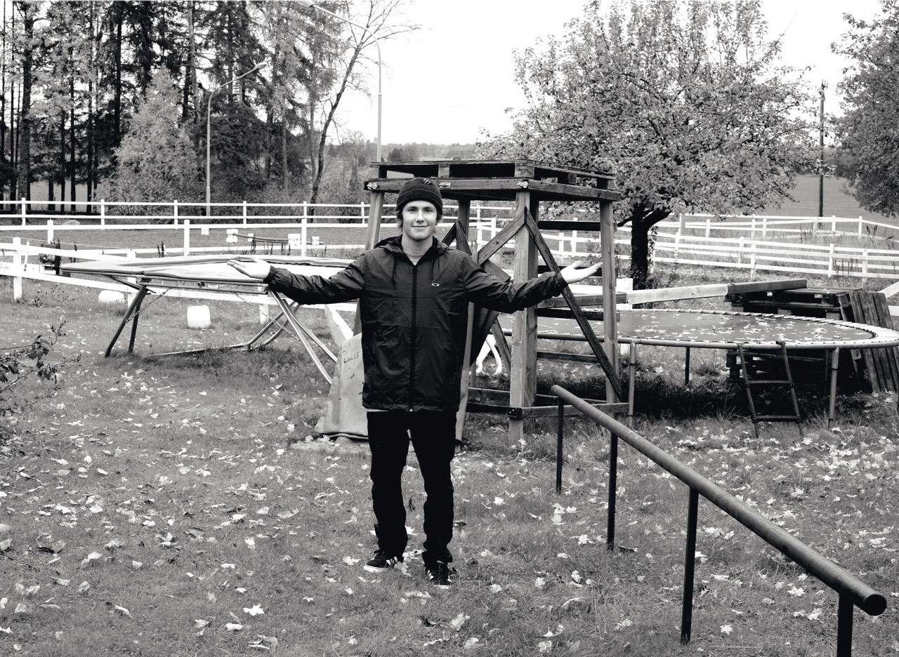 Sven Thorgren vor seinem privaten Trainigs-Parcours im Garten seiner elterlichen Pferdefarm in Schweden