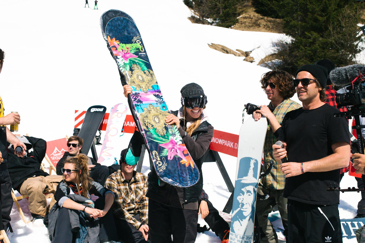 Basti Gogl, rechts im Bild, mit einer sichtlich gestokten Keep Snowboarding-Teilnehmerin, die ihr neues Brett in den Händen hält | © Keep Snowboarding/Theo Acworth
