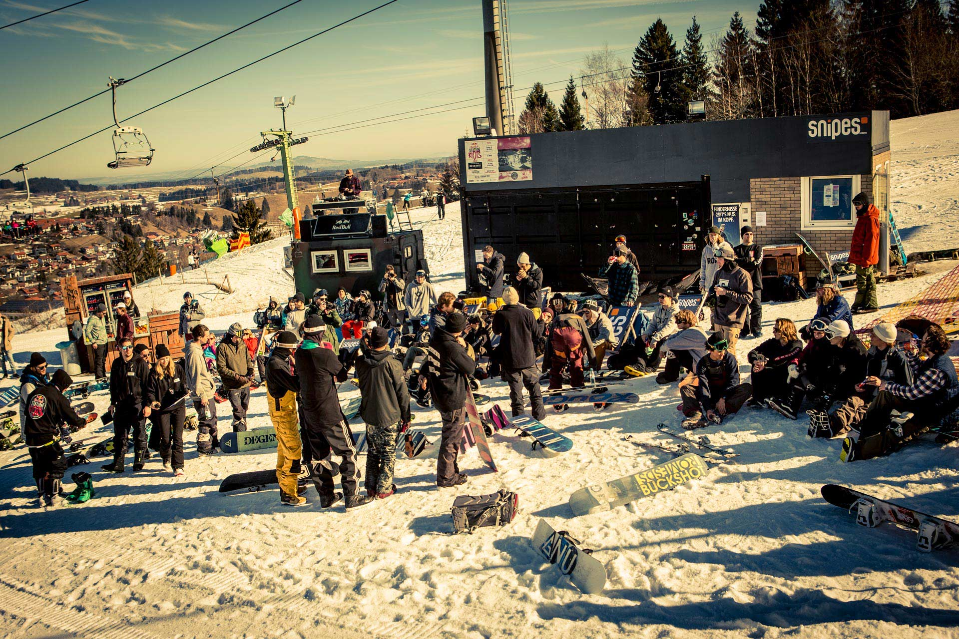 Bestes Wetter und volle Hütte bei den Station Riots im Snowpark Nesselwang - Foto: Red Bull Content Pool
