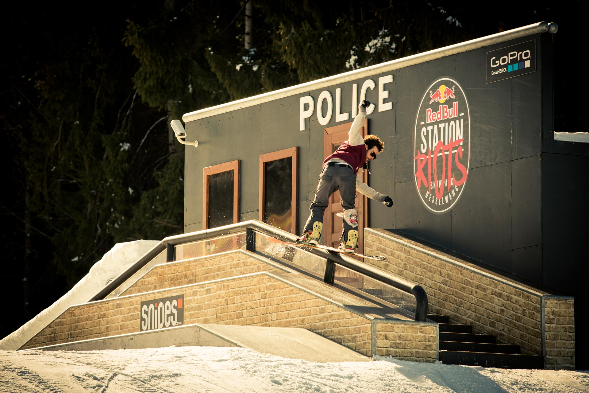 Michi Mayer riskiert ein Rail vor der Polizeistation - Foto: Red Bull Content Pool