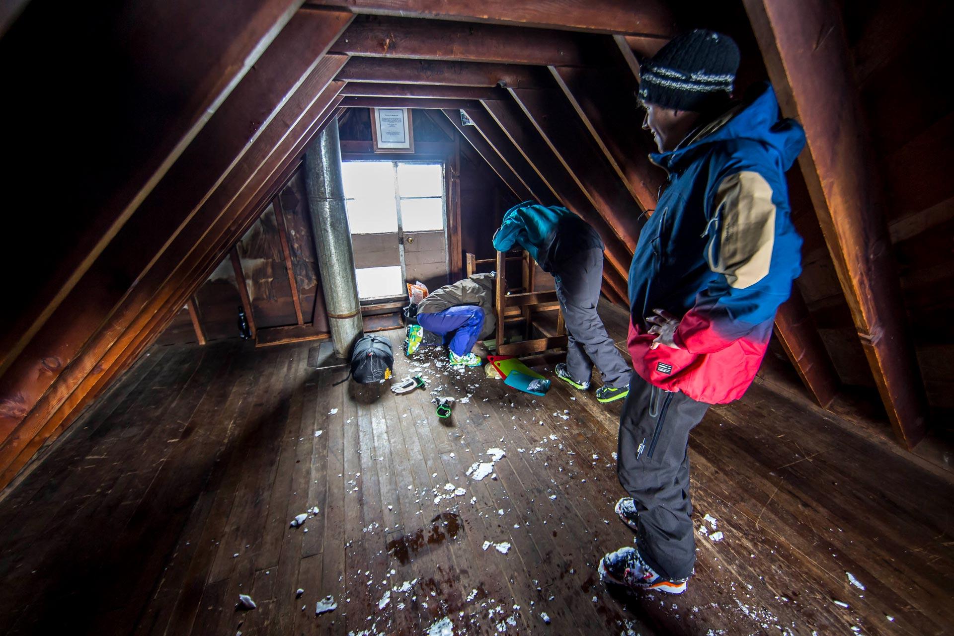 Innen in der Benson Hütte ist alles in Ordnung. Ein idealer Ausgangspunkt für weitere Splitboardtouren.