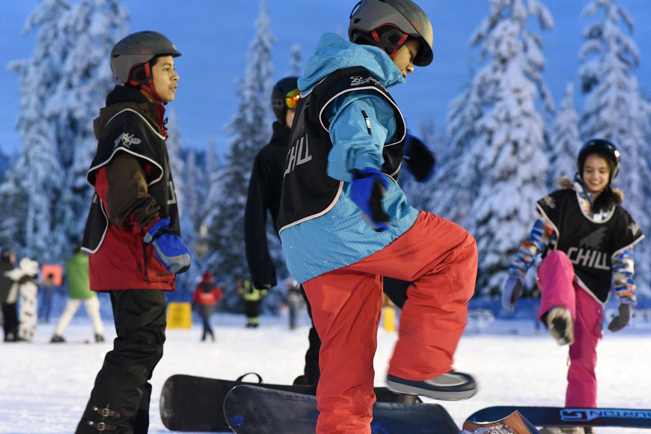 Die Kids & Jugendlichen bekommen oftmals zum ersten Mal in ihrem Leben die Gelegenheit, auf ein Snowboard zu steigen. Dank Chill | © chill.org