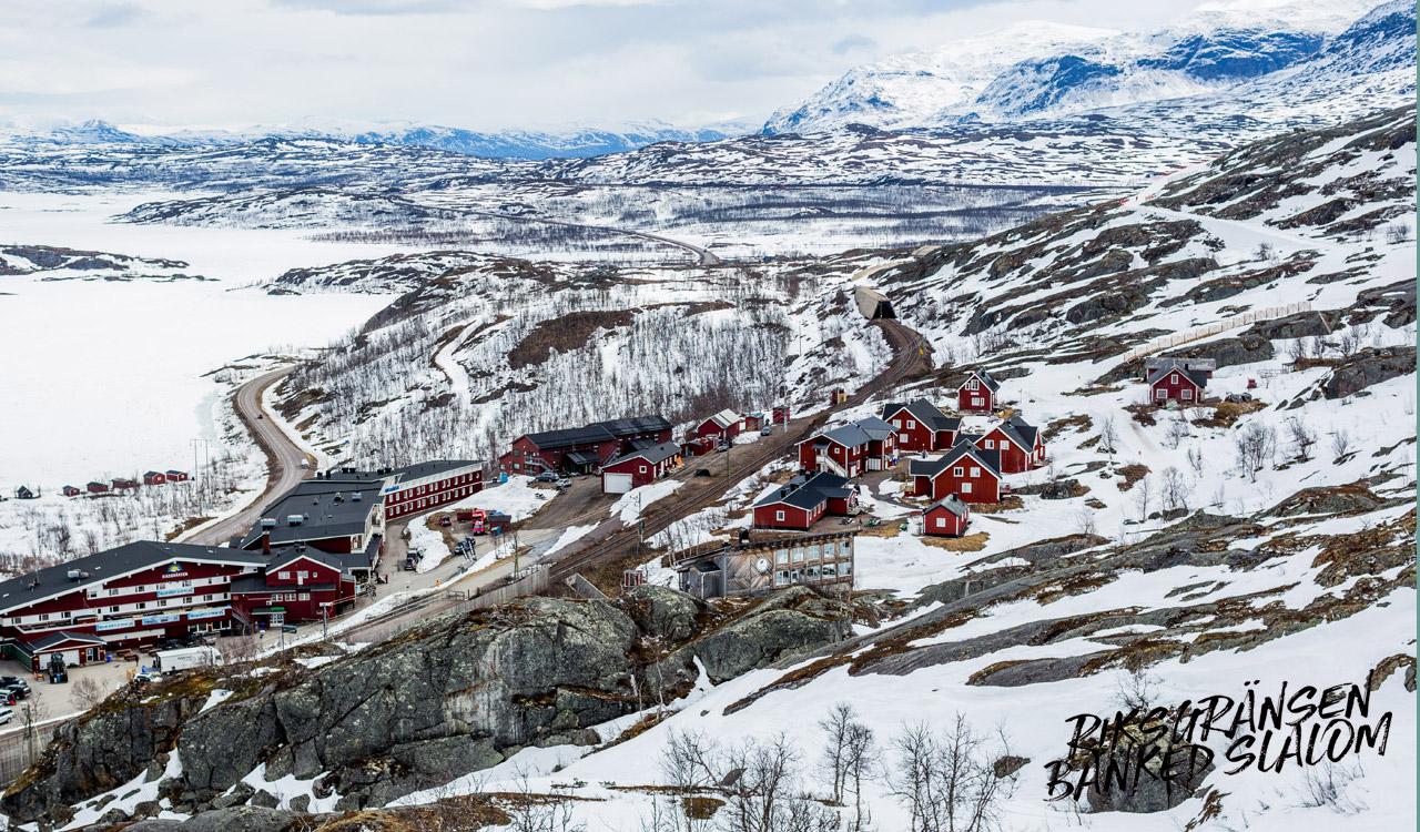 Die charakteristischen rot-weißen-Häuser stechen besonders zu dieser Jahreszeit aus der Einöde heraus | © Cyril Müller