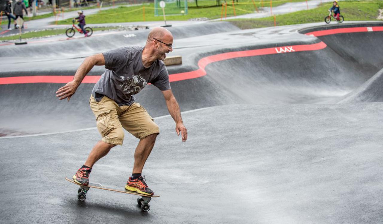 Vergesst euer Skateboard nicht, wenn ihr das nächste Mal nach Laax fahrt | © freestyleacademy.com