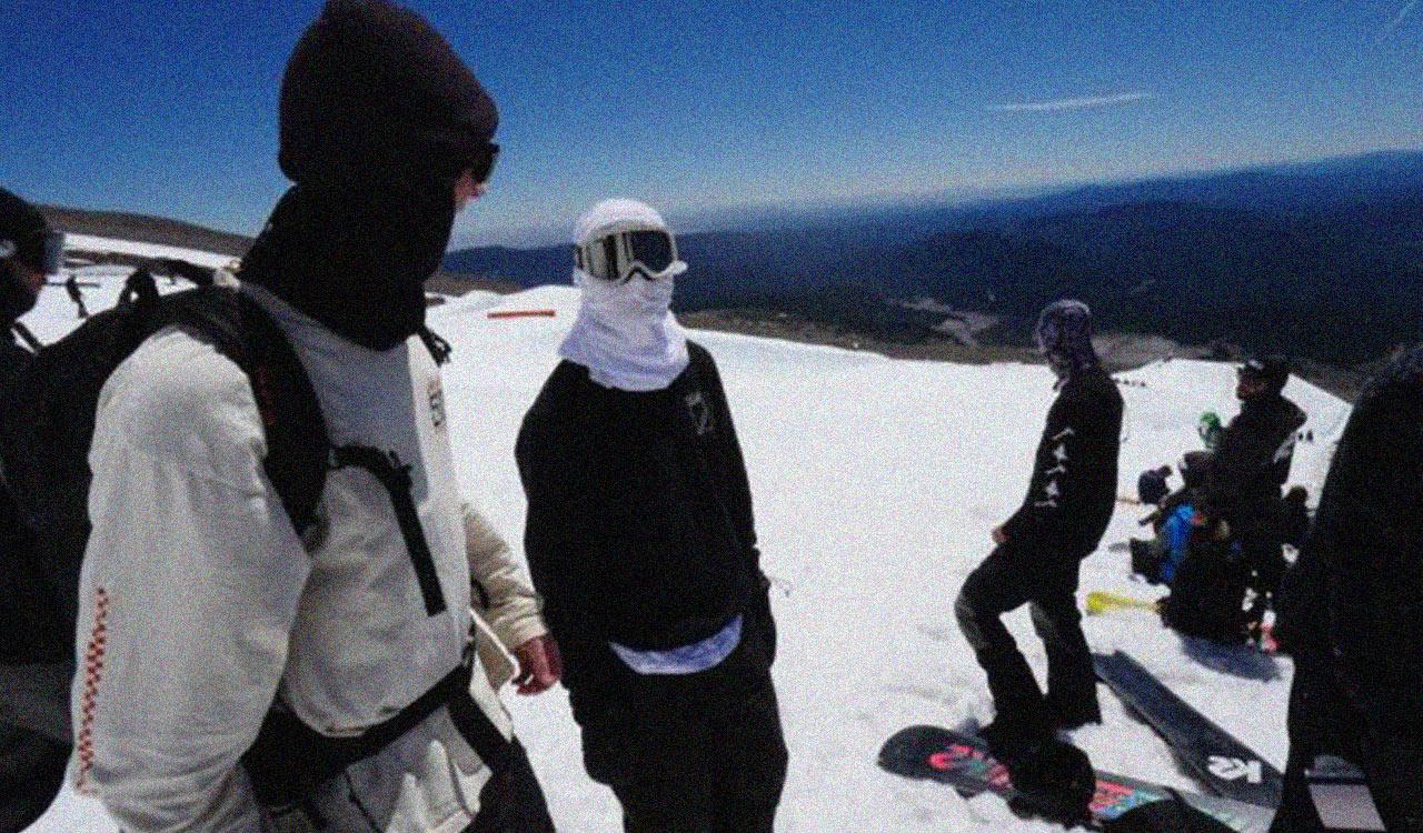 Jake spricht sich mit K2-Fotograf Colton Jacobs in Mt Hood ab | © K2 Snowboarding
