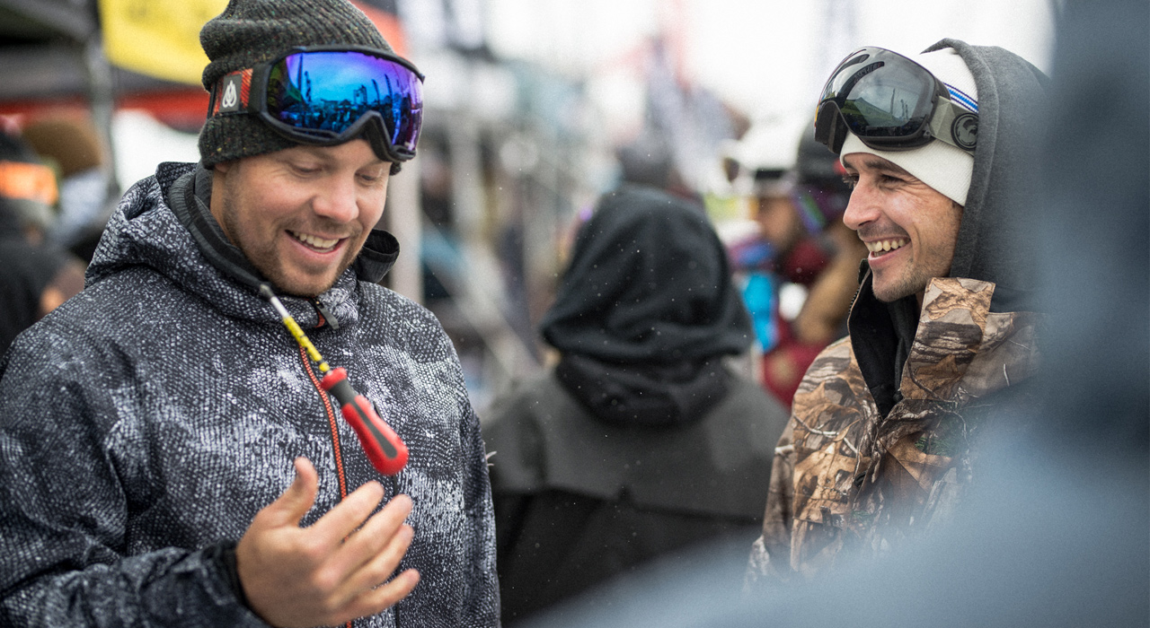 Zwei bestens gelaunte Legenden beim Small Talk auf dem Stubaier Gletscher: Travis Rice und Gigi Rüf | © Stubai Premiere