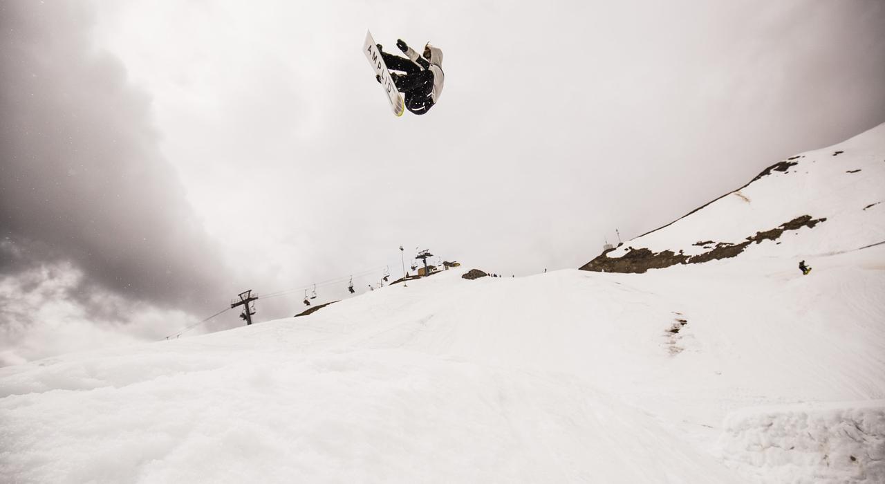 Ein Schweizer aus Innsbruck auf einem bayerischen Snowboard: Mario Käppeli und Amplid | © Amplid