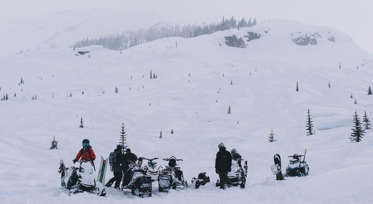 Sledden gehört in Kanada zum Snowboarden ganz selbstverständlich dazu | © Dakine