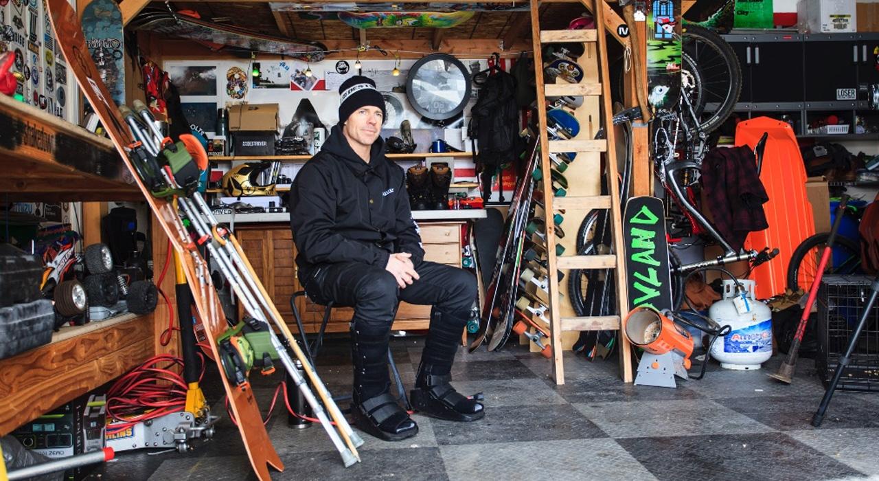 Jeremy in seiner Garage. Im Vordergrund steht das Brett, das ihm das Leben gerettet hat, nachdem er sich bei einem Sturz beide Beine gebrochen hatte   © L1