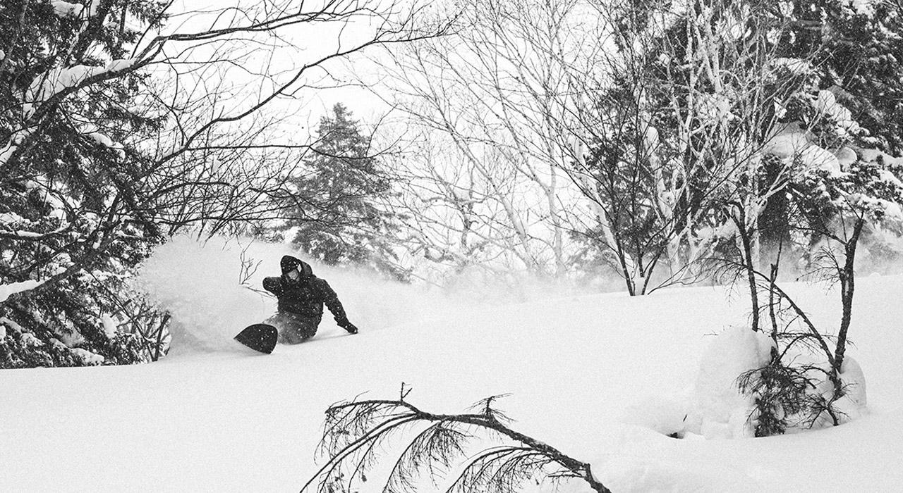 Nicholas Wolken mit einem Heel Turn in Furano, Japan |©Korua/Aaron Schwartz