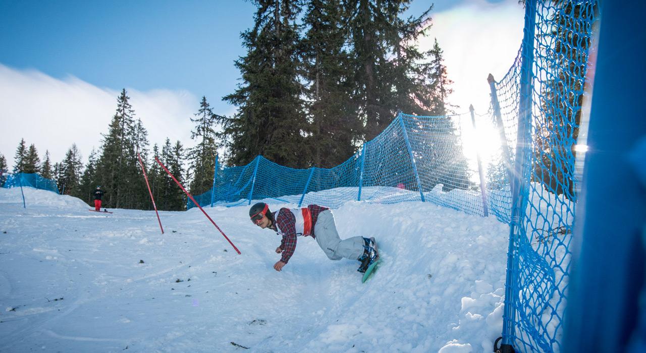 Banked Slaloms erfreuen sich ungebrochener Beliebtheit. Hier jagt Graham Watanabe durch die Steilkurven |©Vintage Snowboard Days