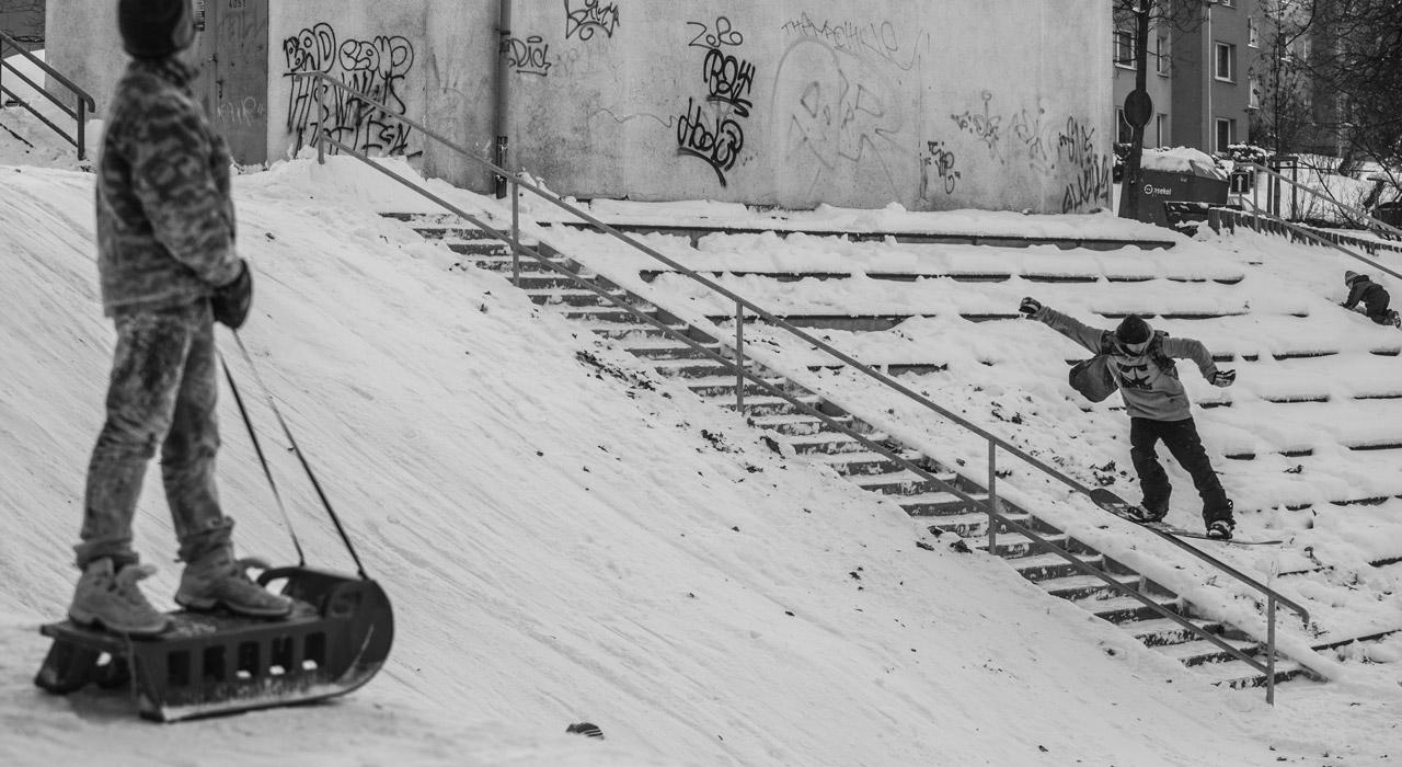 Ob sich das Kid auf seinem Schlitten wohl danach auch aufs Rail gewagt hat? |@ prouzicc