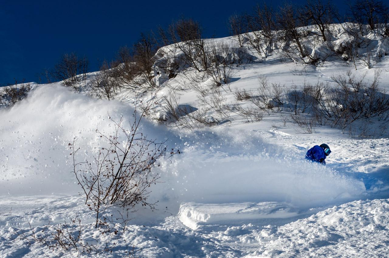 Auch im zerhacktesten Feld lässt sich noch Material für einen Spray finden  ©Oakley/Danny Burrows