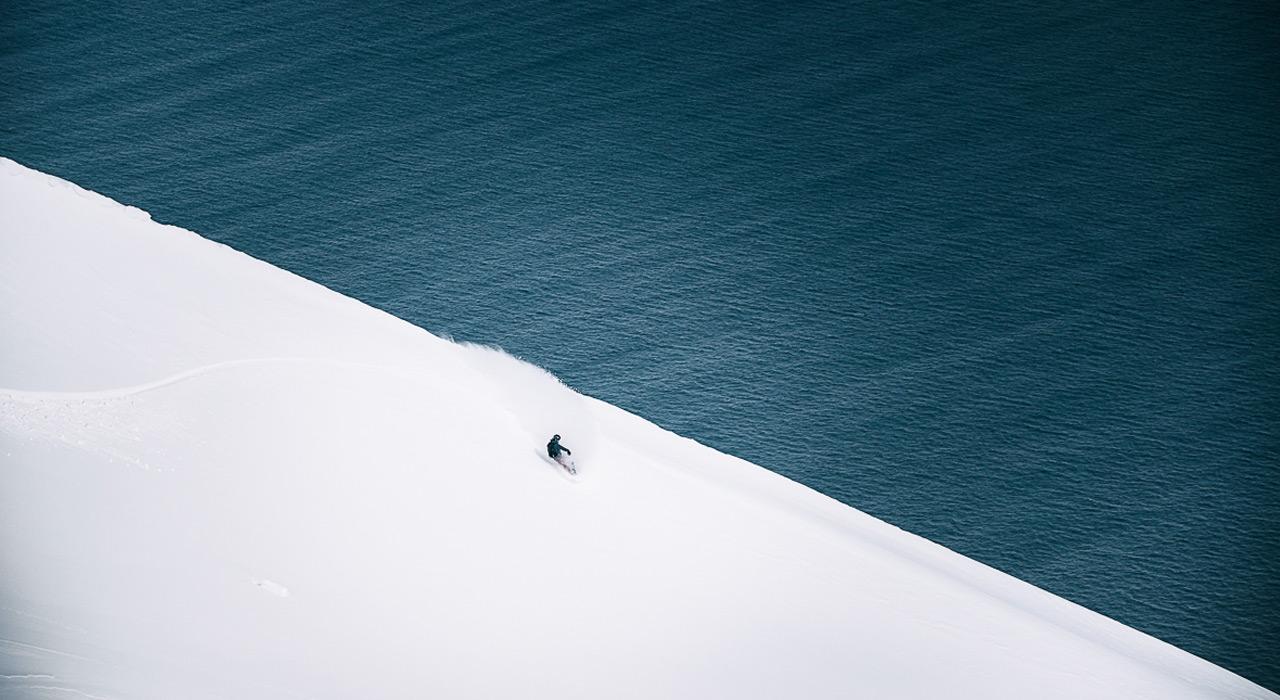 Powder unterm Brett und den tiefblauen Ozean vor Augen |© Andres Beregovich