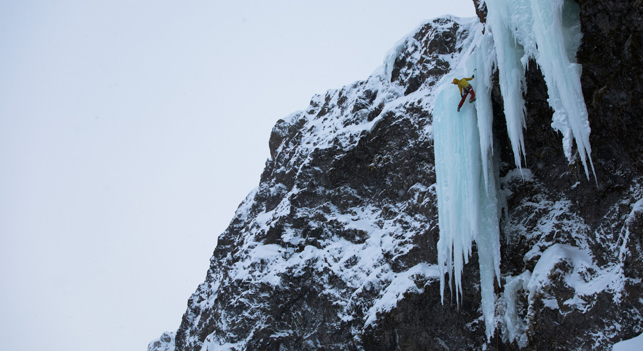 Der Autor beim Eisklettern in Island |albertleichtfried.at/Hannes Mair