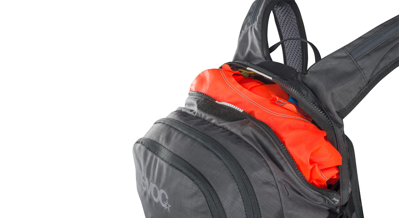 Die flexible Airbag-Einheit wird in das im Hauptfach integrierte Mesh-Fach eingehängt