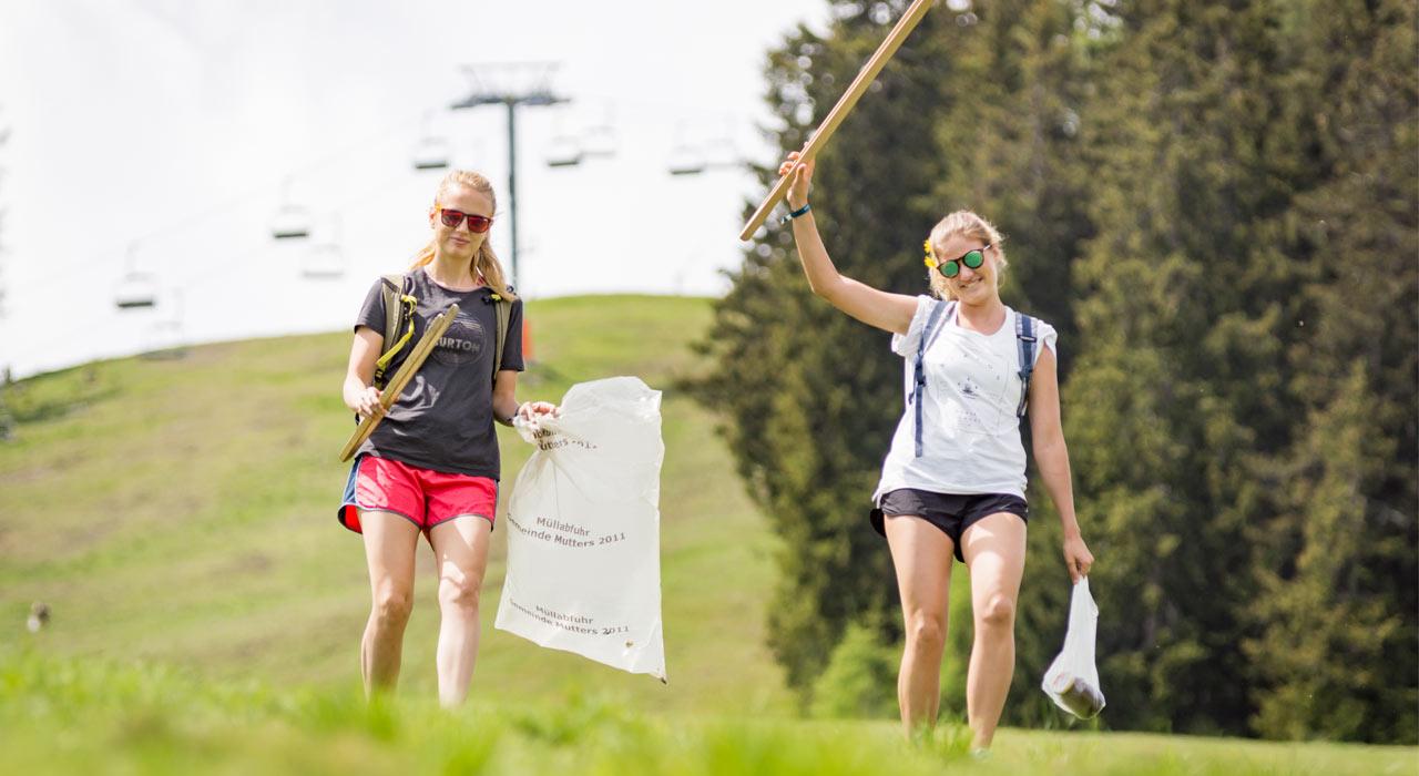 Die gute Laune hat das Müllaufräumen den Teilnehmern nicht –im Gegenteil! |©Burton/Julian Walkner