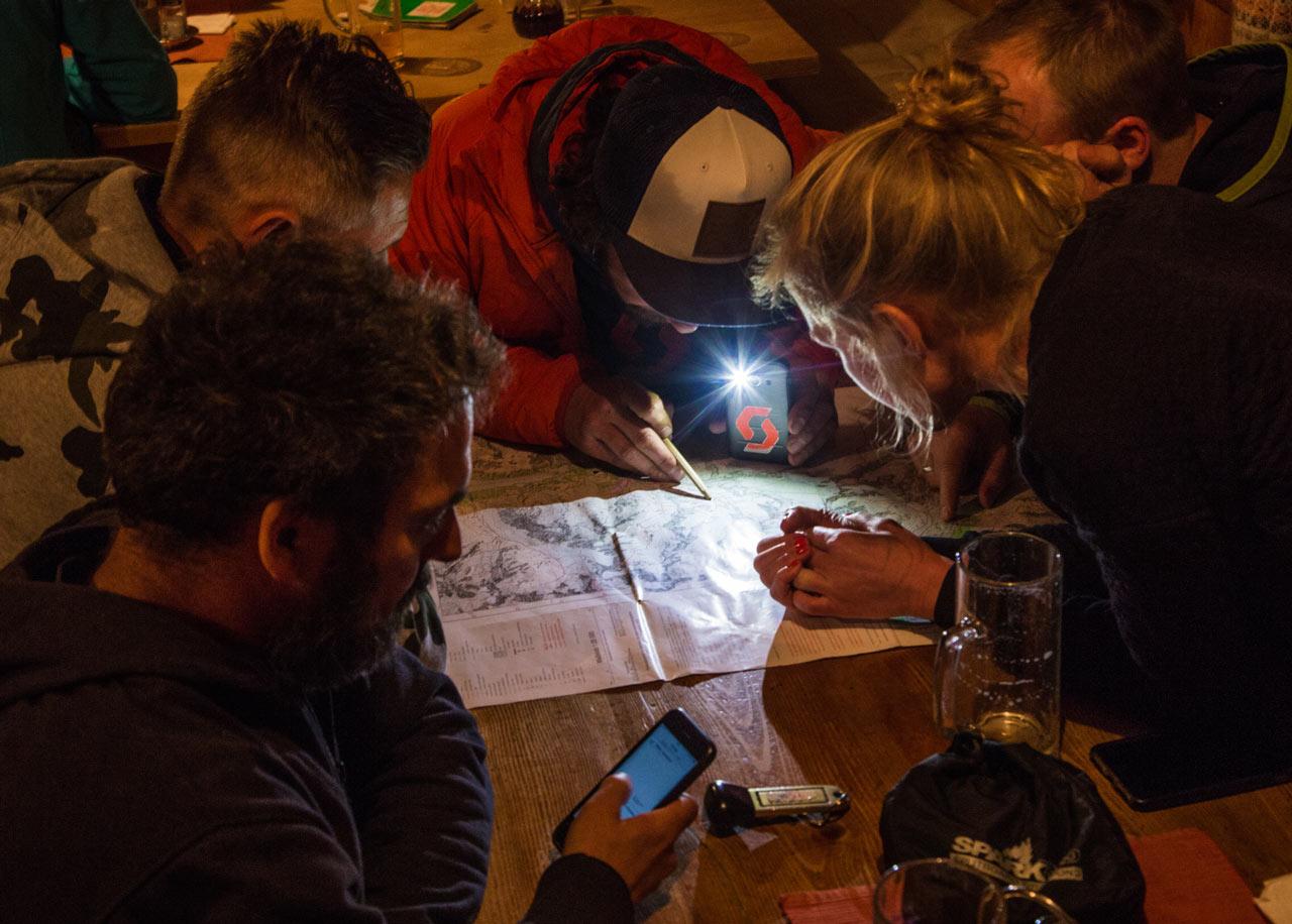 Am Abend stand die gemeinsame Planung der Tour des nächsten Tages an |©The Choice/Domi Tauber