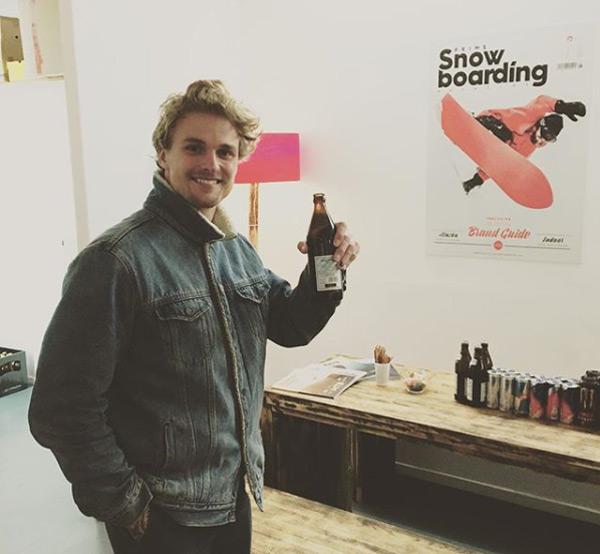Mikkel Bang in der Redaktion vom Prime Snowboarding Magazine