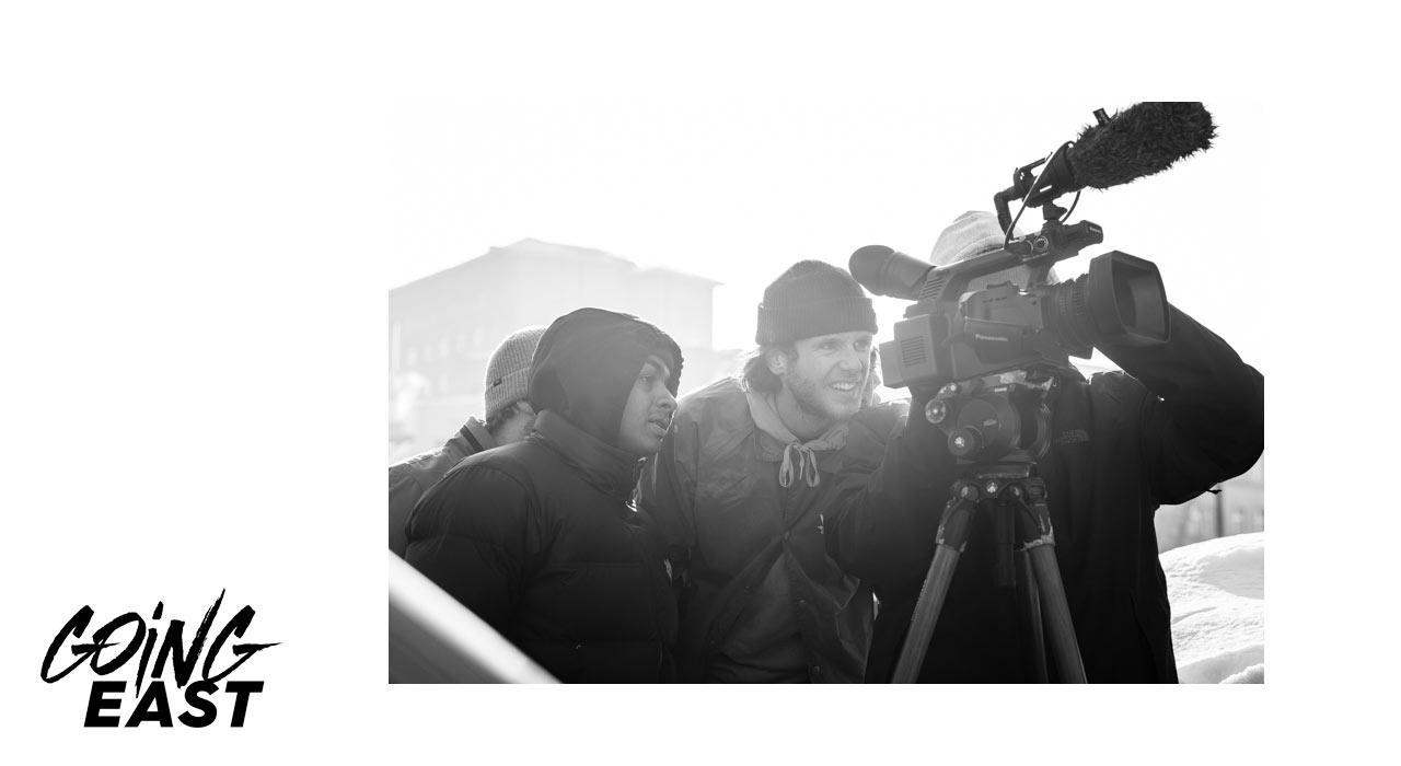 Benny wirft einen Blick auf den gerade gefilmten Spot |©Cole Martin