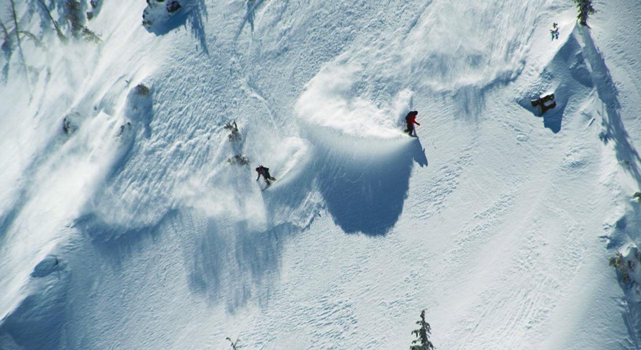 Jeremy Jones & Chris Christenson teilen sich eine Welle in Backcountry von Sierra |©Jones Snowboards