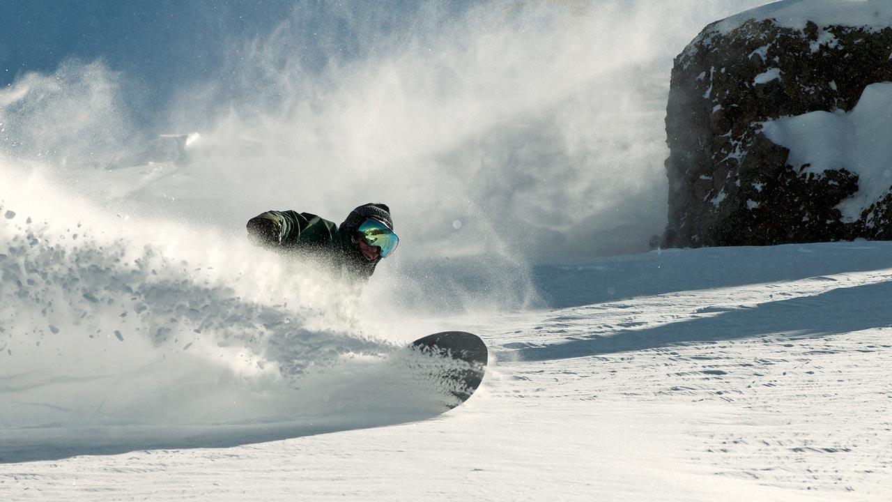 Im Gedenken an Tom durch den Powder floaten | © Sims Snowboards
