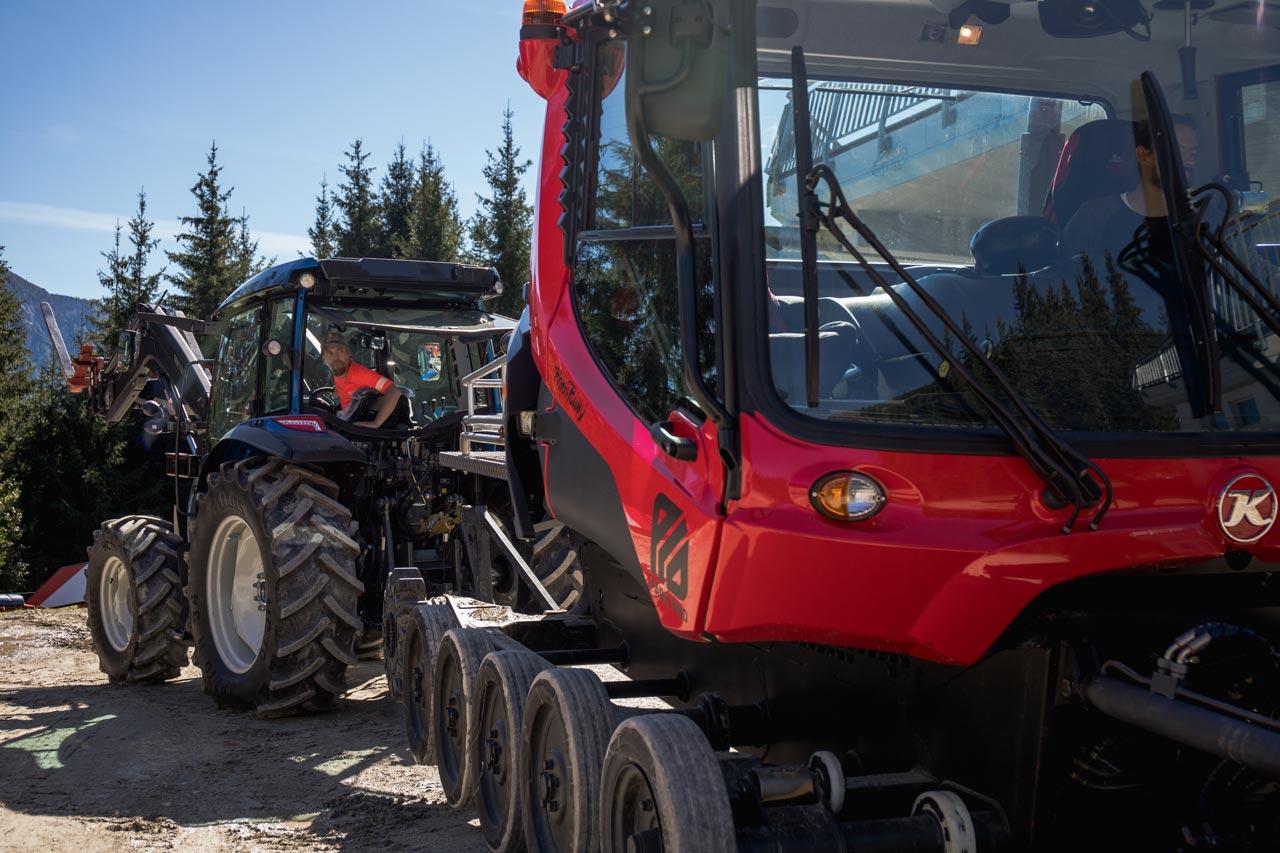 Roope Tonteri kümmert sich um den Traktor |©Deniz Janezic