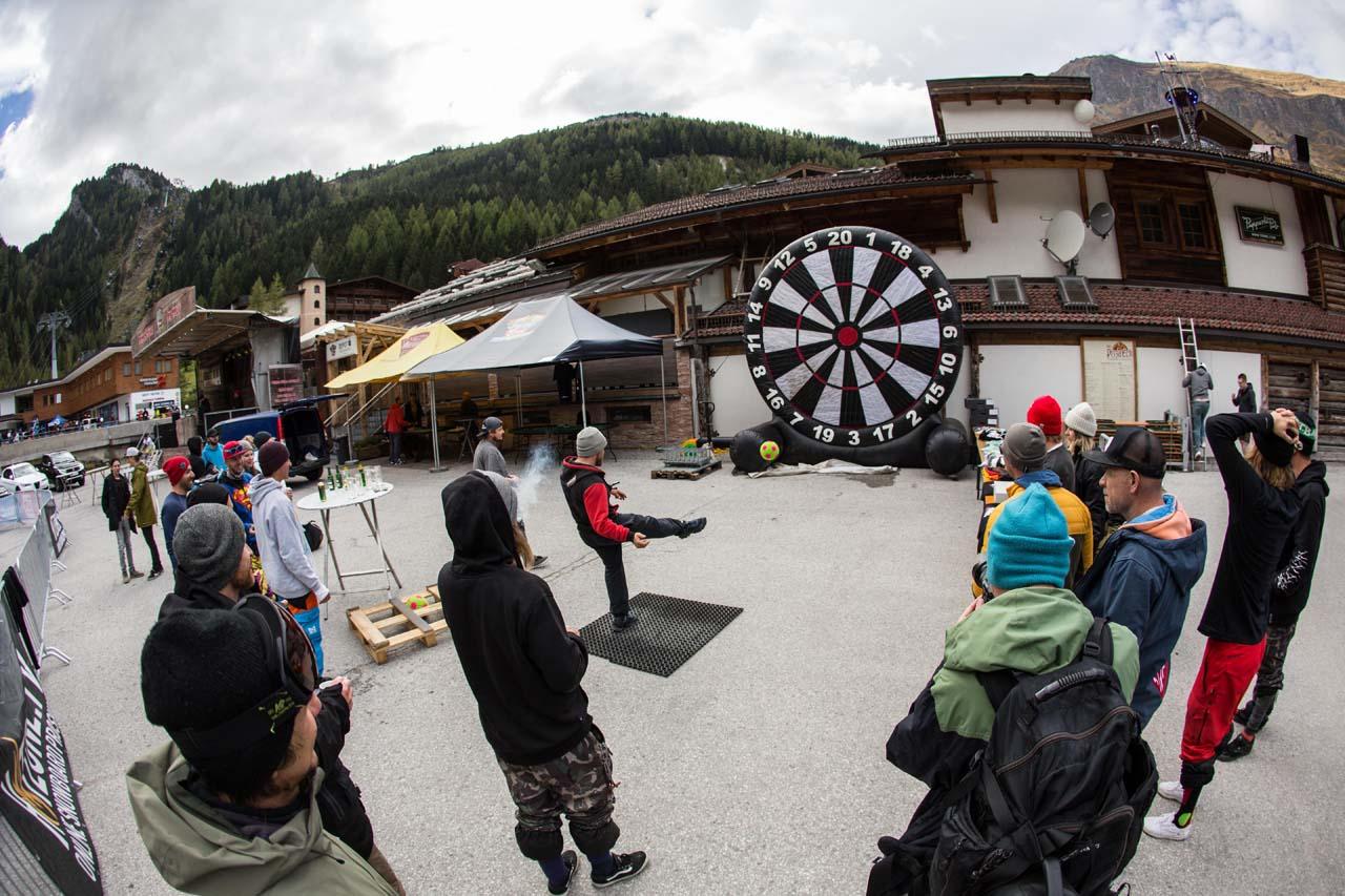Auch nach der Action auf dem Berg gab's auf dem Parkplatz noch einiges zu tun |©MonEpic