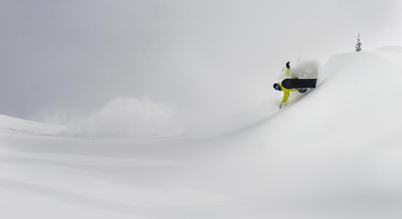 Bei solchen Slashes braucht es gute Handschuhe. Tyler vertraut da ganz auf den Chillton von Love Inc |©Love Inc Snowboard Company