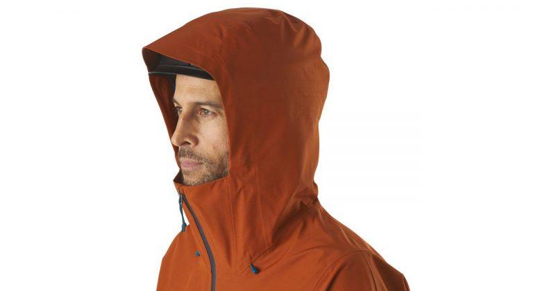 Helmkompatible, zweifach verstellbare Kapuze mit laminiertem Schirm für gute Sicht bei schlechtem Wetter |©Patagonia