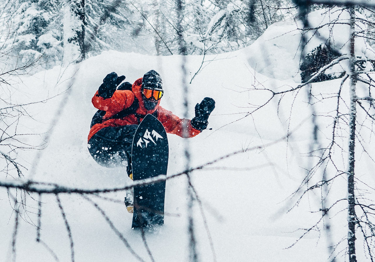Hätte er nicht ein Jones-Brett an den Füßen, könnte man Forrest Shearrer auf diesem Foto nicht von Nicholas unterscheiden. Beiden gemein ist die Freude am minimalistischen, ästhetischen Snowboarden und der puren Freude am Fahren perfekter Turns und dem Surfen durch tiefen Schnee |©Patagonia