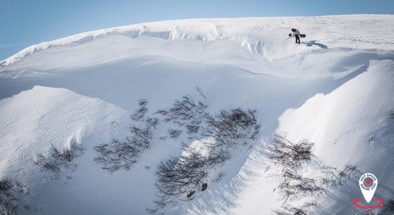 Im Backcountry von Damüls-Mellau gibt es eine Menge feiner Spots zu entdecken, wie dieser Spaß versprechende Drop |©Damüls/Dominic Berchtold