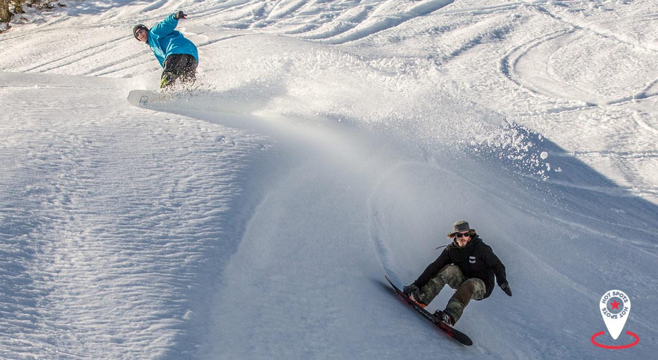 Gemeinsames Snowboarden, gemeinsam Spaß haben: Ein Sinnbild für Damüls-Mellau |©Damüls/Vernon Deck